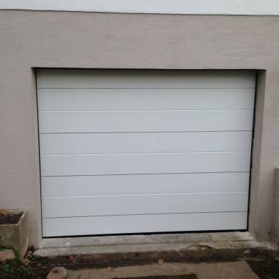 Porte de garage sectionnelle blanche panneaux lisses for La poste porte de saint cloud