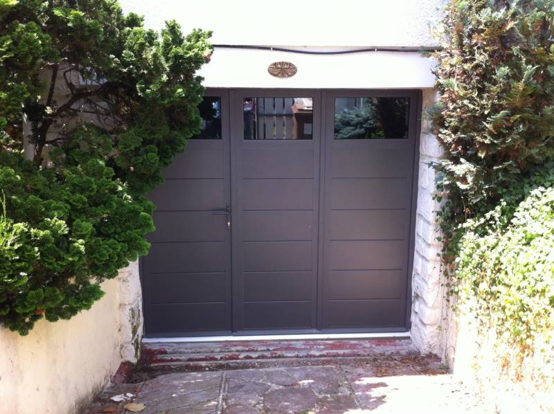 porte-de-garage-battante-gris-sable-a-chatou