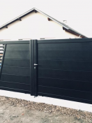 Portail moderne noir avec décor