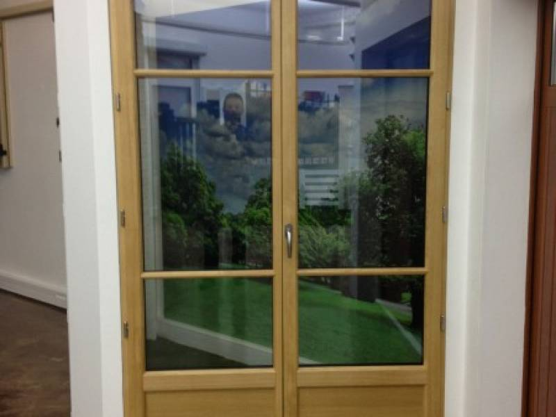 Magasin de menuiseries showroom fenetres artisan for Artisan france fenetre